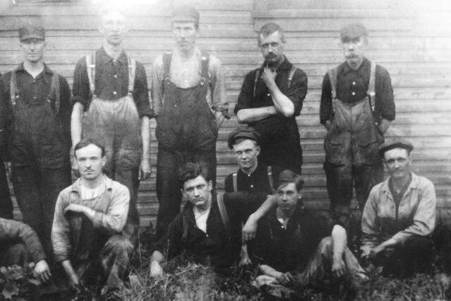 1910s - Empleados y fundadores en exterior fábrica
