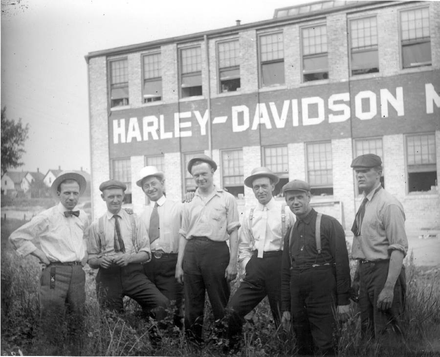 1914 - Los fundadores posando delante de la fábrica