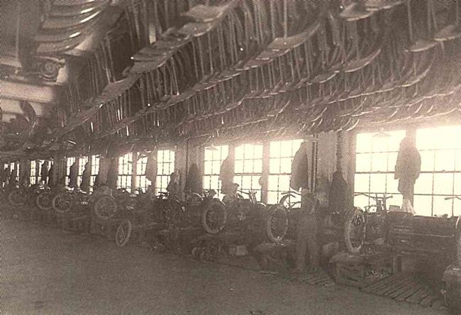 Otra vista de la cadena de montaje a principios de los años 20