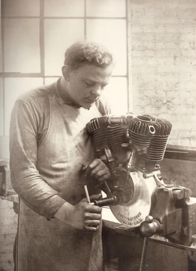 Bill Harley ajustando un motor V-Twin