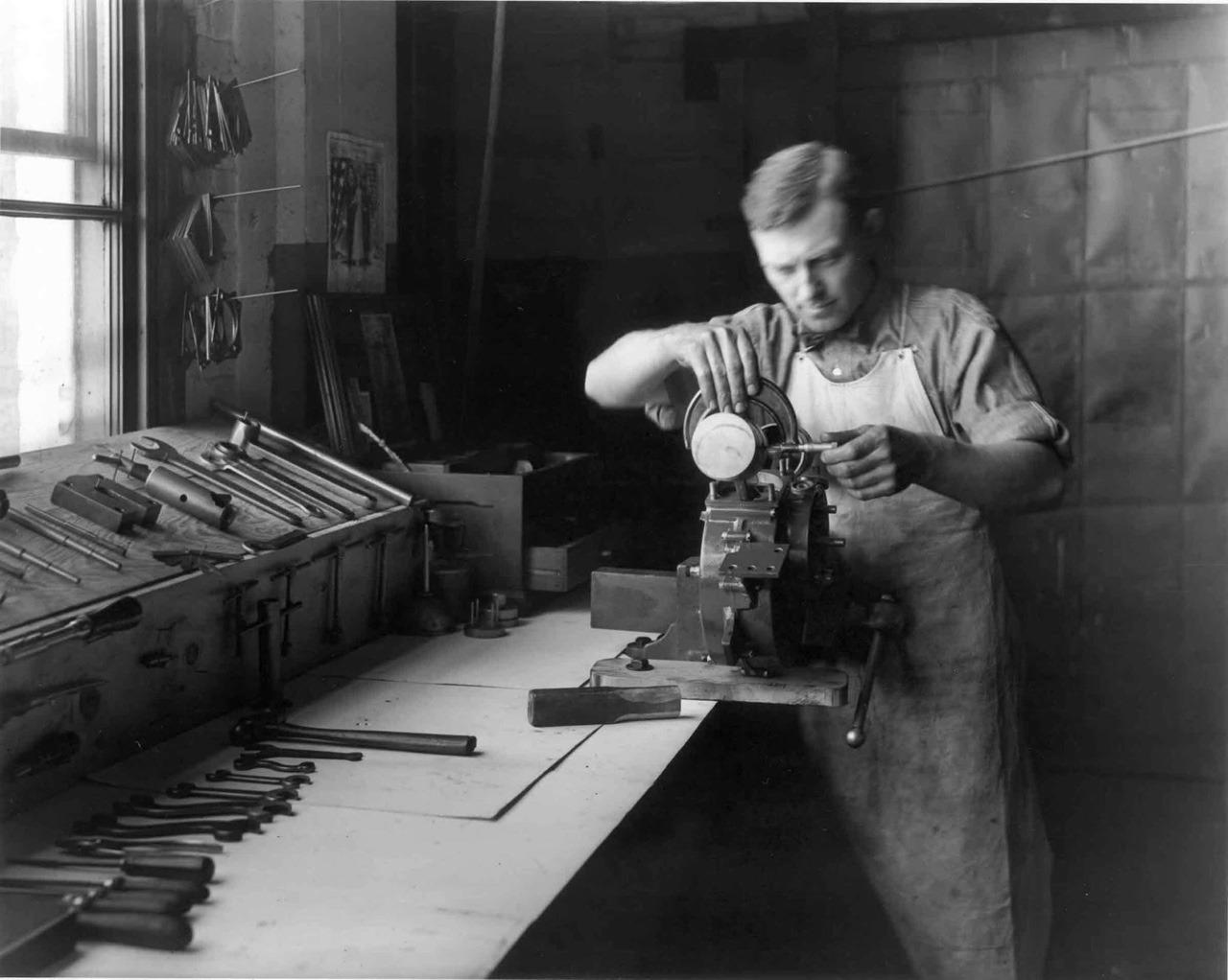 1930s - Montando un motor