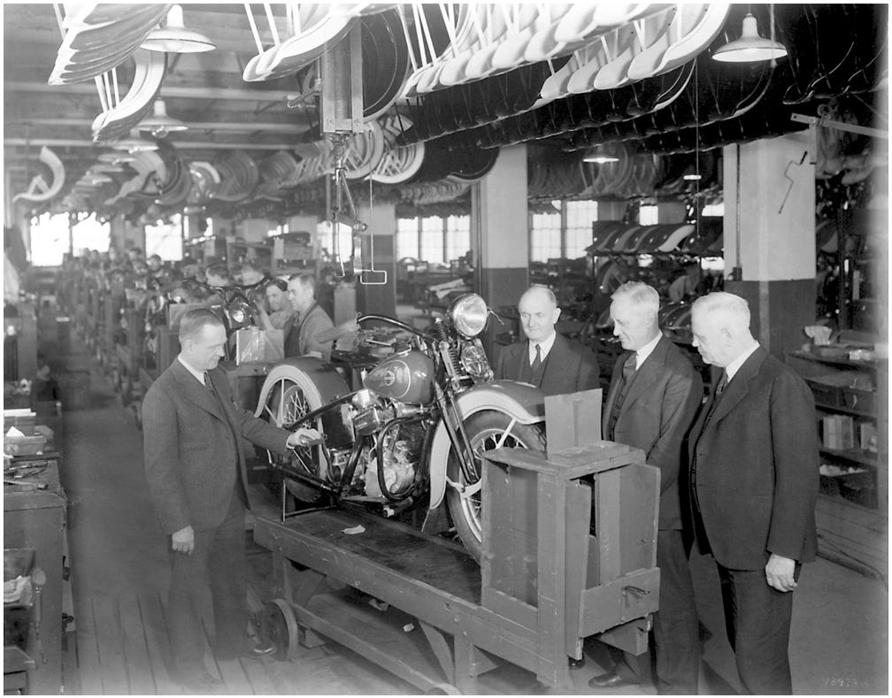 """Los cuatro fundadores presentando el nuevo modelo EL """"Knucklehead"""" - 1935"""