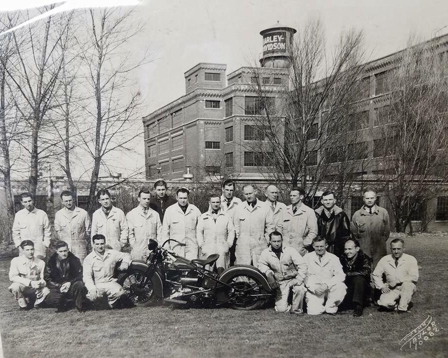 1937 - Escuela de mecánicos en exterior fábrica