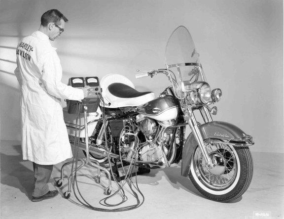 Control de calidad de una Electra-Glide con motor PanHead - Años 60