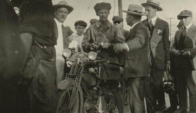 Aquí tenemos a Hap Scherer en la carrera de New York - Chicago, 1919