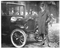 """Henry Ford posa junto a su famoso modelo """"T"""" - 1921"""