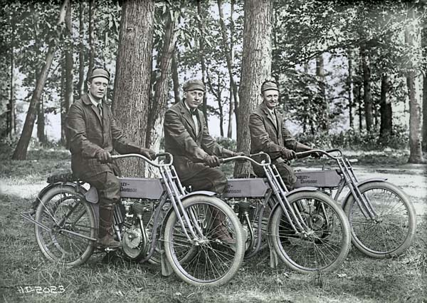 Bill Harley, Fran Ollerman y Walter Davdison (1908)