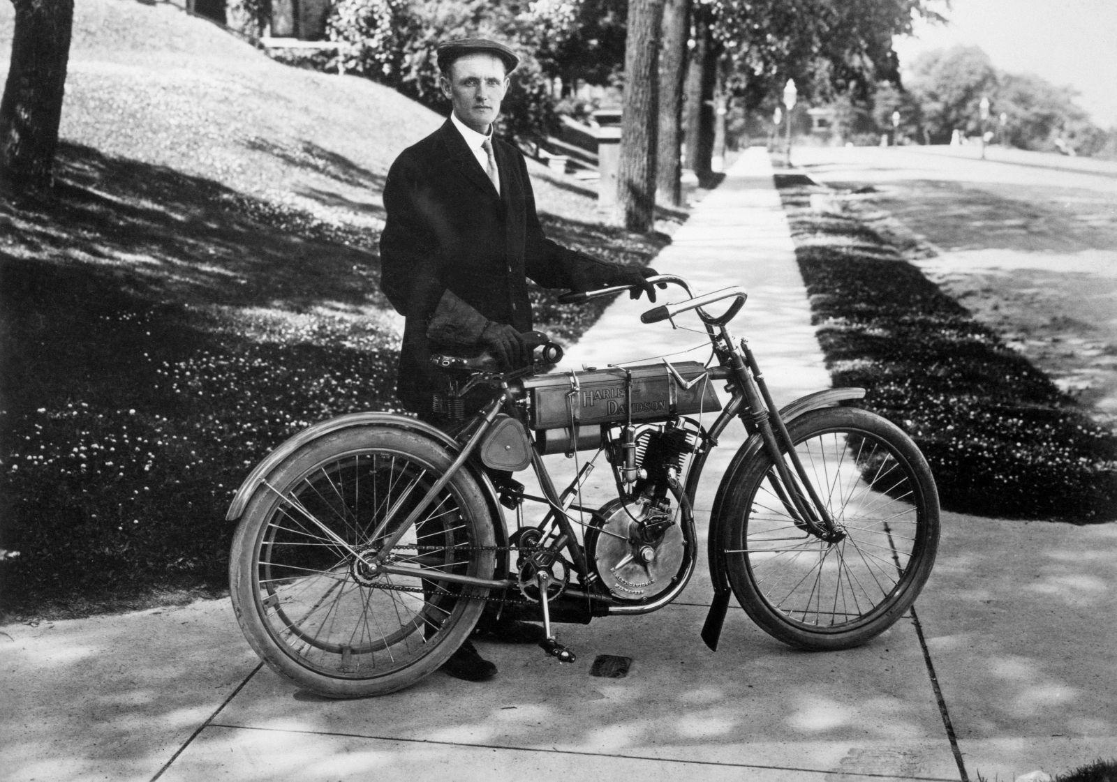 Walter Davidson con un modelo monocilíndrico (1908)