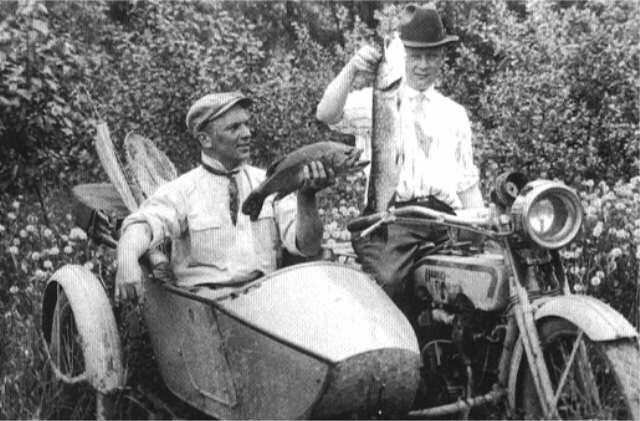 Arthur Davidson pescando en 1916