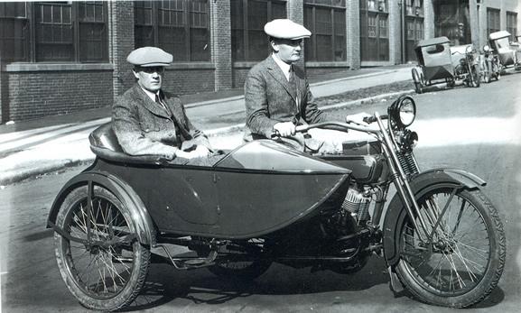 Bill Harley y Walter Davidson en modelo con sidecar