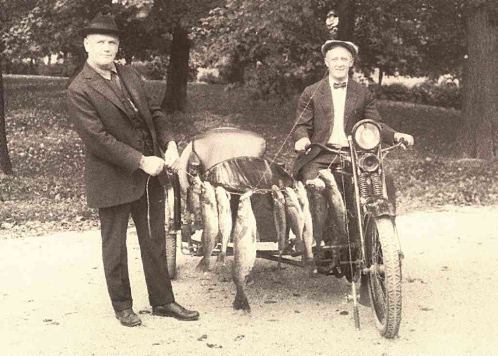 Bill Harley y William Davidson de pesca en 1911