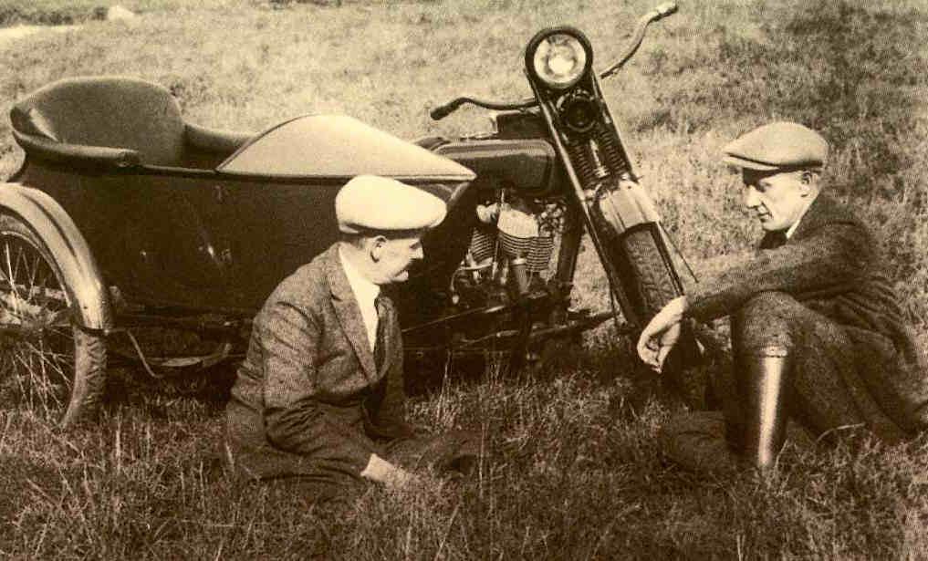 Walter y Bill Harley en el campo (1924)