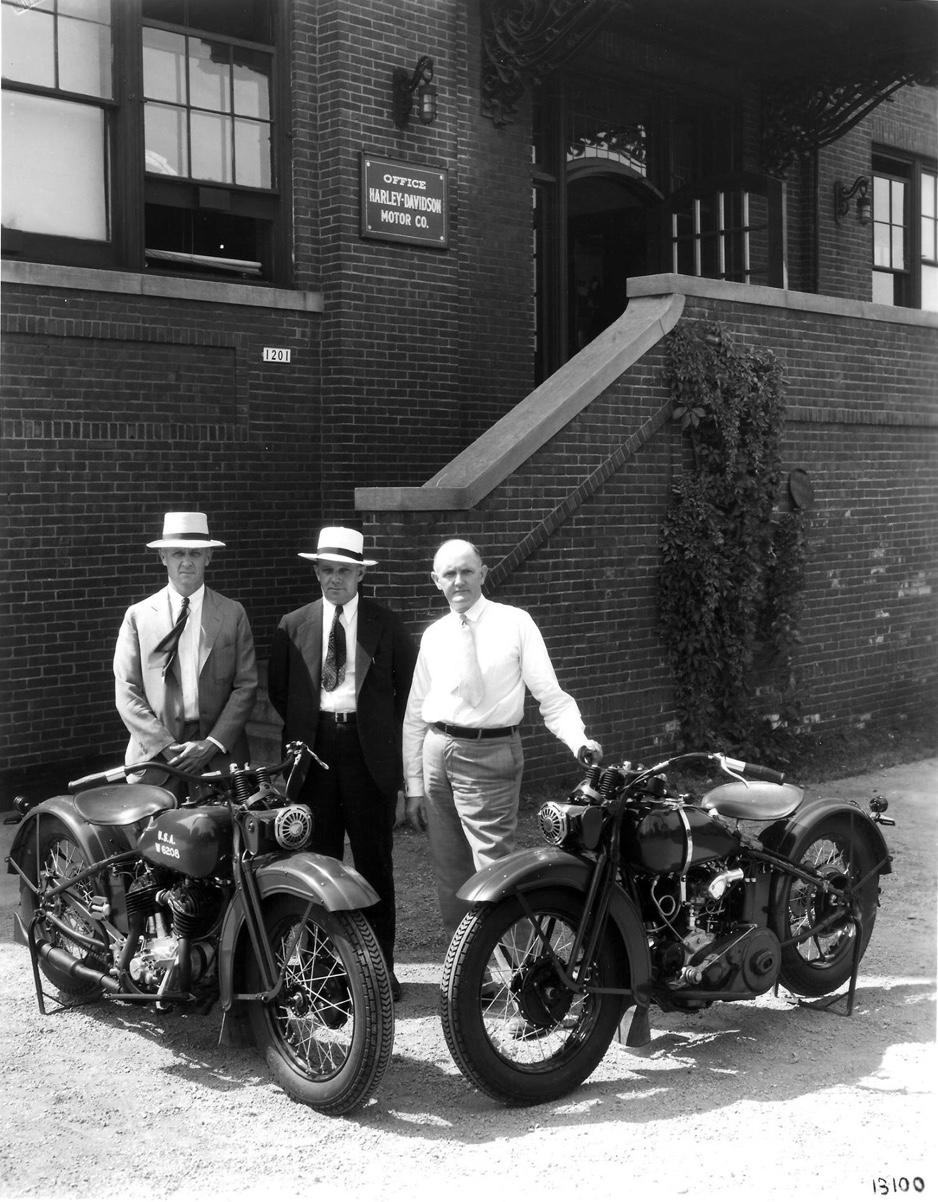 """Años 30 - Los fundadores en el exterior con modelos 45"""""""