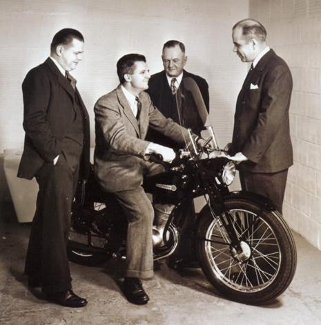 Gordon Davidson, William Harley (hijo), Arthur Davidson y William H. Davidson presentando en 1948 el nuevo modelo de dos tiempos y 125 cc.