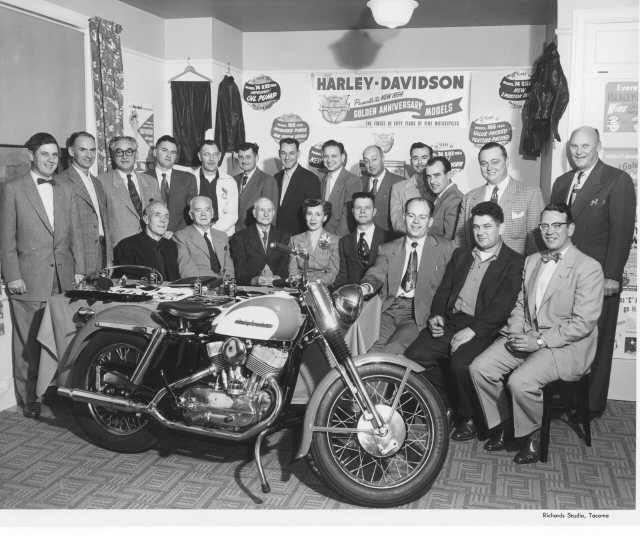 "1953 - Walter C. Davidson (hijo) visita concesionario. Modelo 1954 ""Bodas de Oro"""