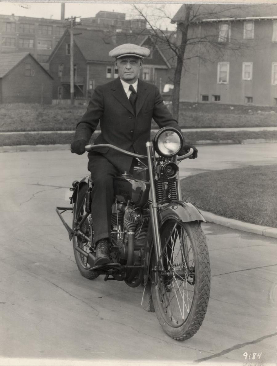 Bill Harley en un modelo V-Twin