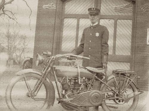 Un policía con su Harley-Davidson de 1920