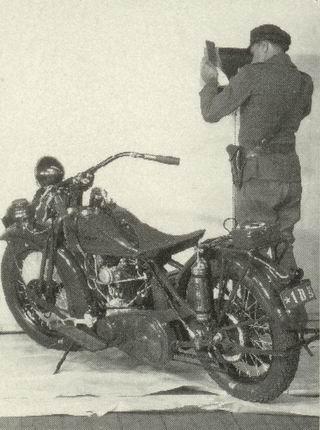 En 1928: un poli y su bike