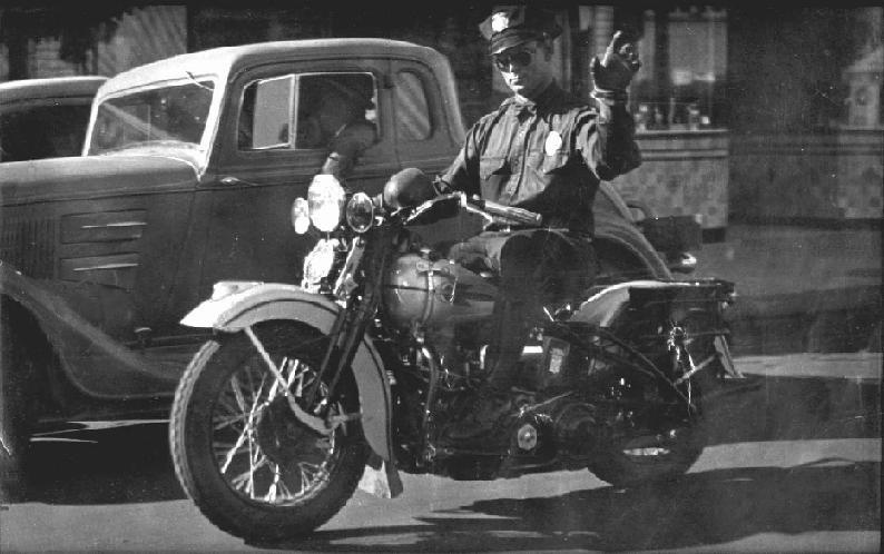 """Un atento """"police man"""" de los años 30."""