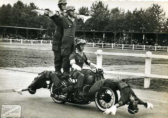 Años 40 - acrobacia 5 policias
