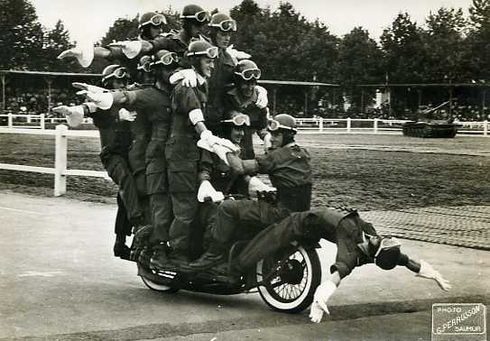 Años 40 - Acrobacia de 11 policias