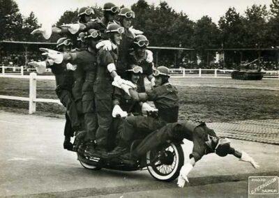 1940s-harley-davidson-policia-acrobacia-02