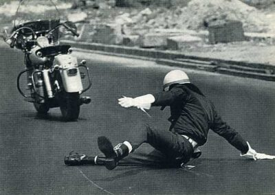 1950s-harley-davidson-duoglide-policia-caido