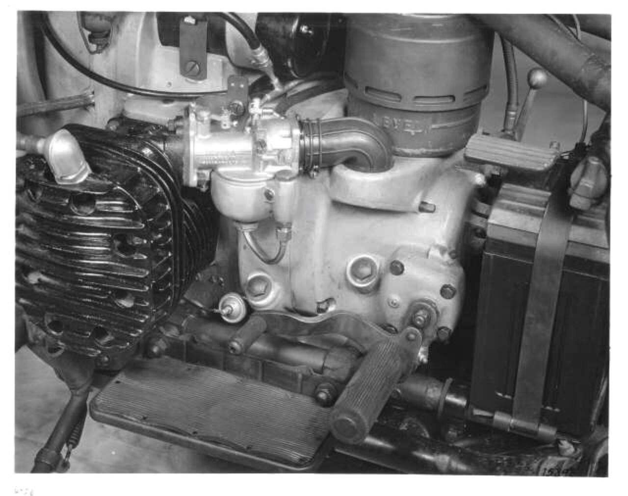 Motor XA - Detalle del cilindro izquierdo y carburador