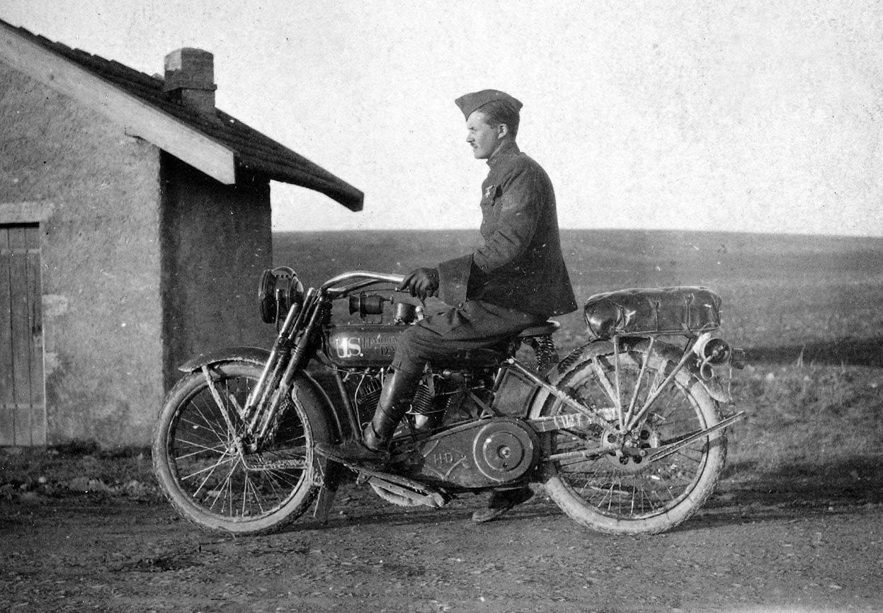 Otro cartero y su Harley-Davidson de principios de siglo XX.