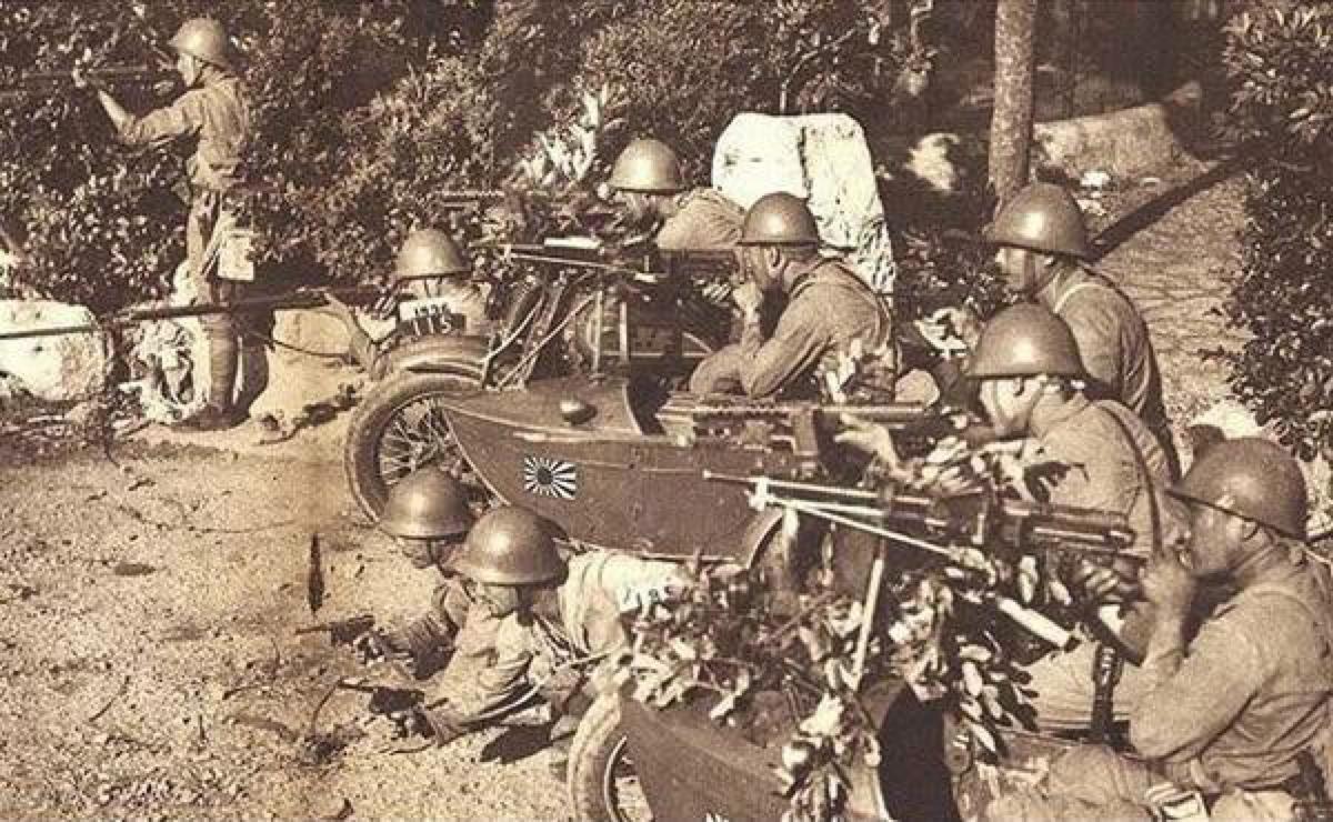 Linea de combate de ametralladoras en sidecar