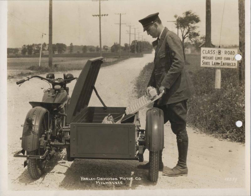 Cartero y su Harley-Davidson con sidecar