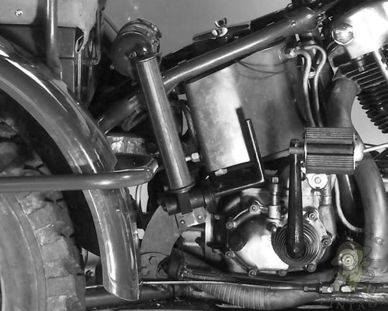 Detalle del depósito de aceite, pedal de arranque y chasis