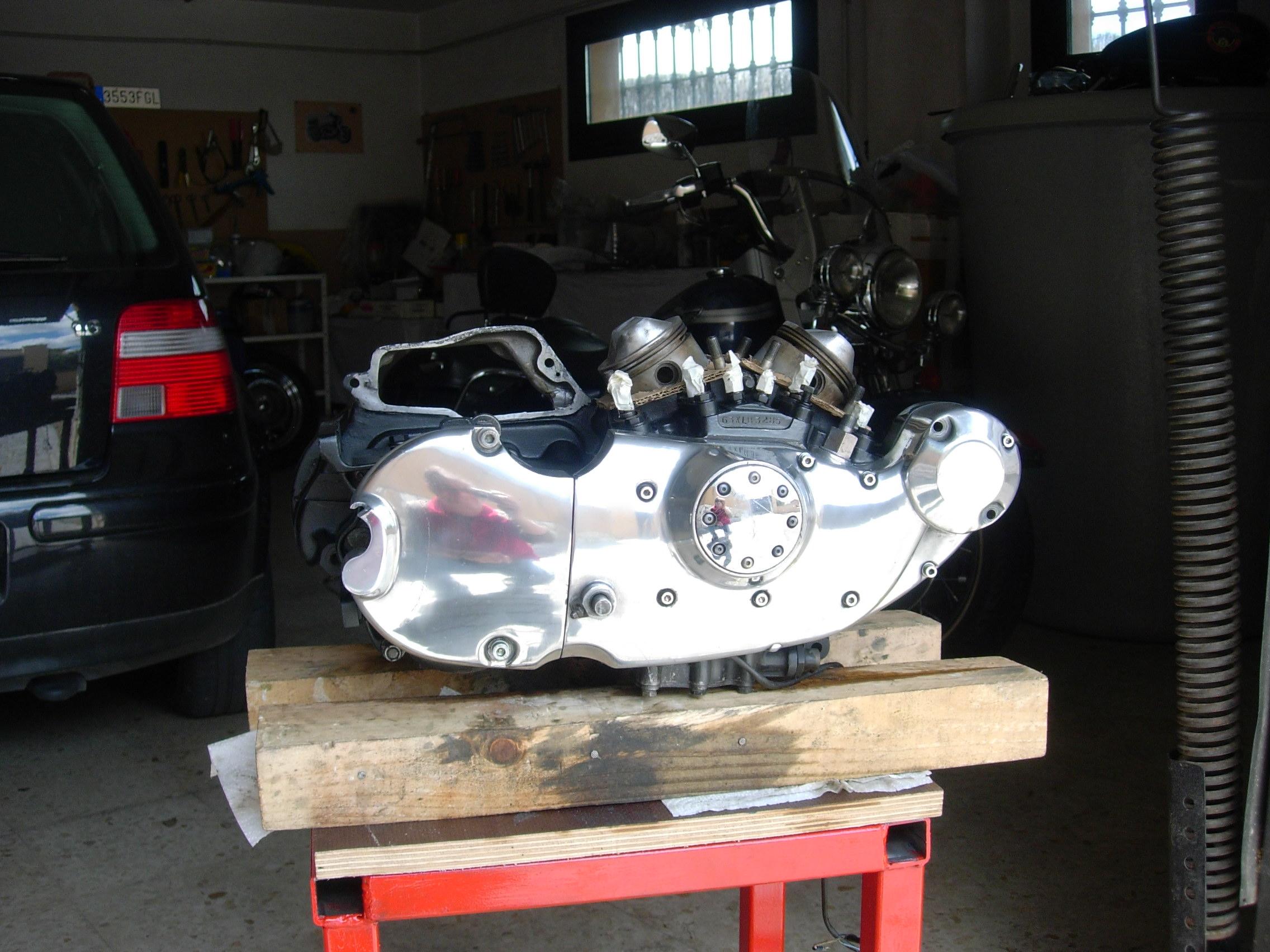 Vista de los bajos del motor con las tapas pulidas
