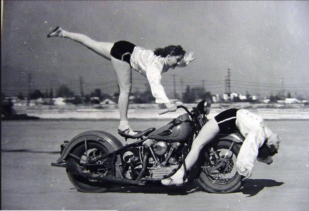 Dos mujeres acróbatas en Knucklehead