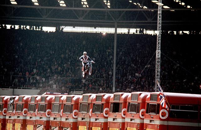 El famoso salto de 13 autobuses de Evel Knievel - 1975 Wembley Stadium