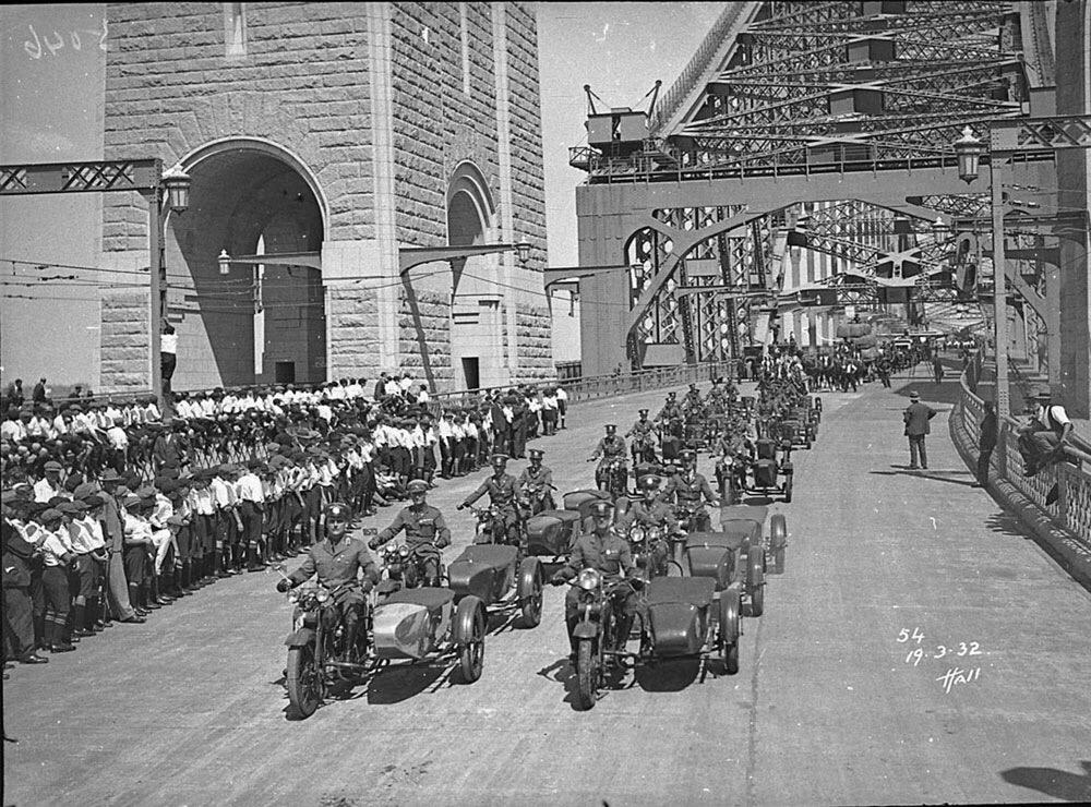 Foto de 19-03-1932 - Formación policía cruzando un puente