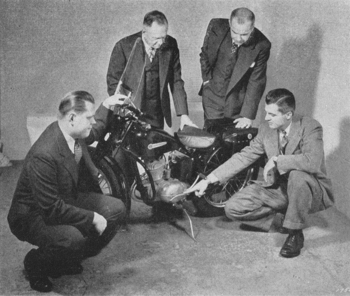 Arthur Davidson, de pie a la izquierda en una de sus últimas fotos.