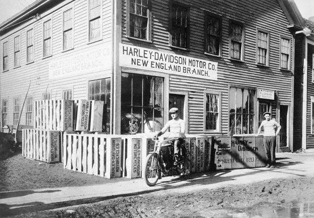 1916 New England, EE.UU - George Puls con varias Silente Grey Fellow empaquetadas