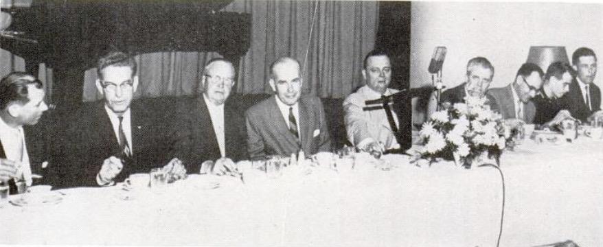 Mesa de la presidencia de la reunión