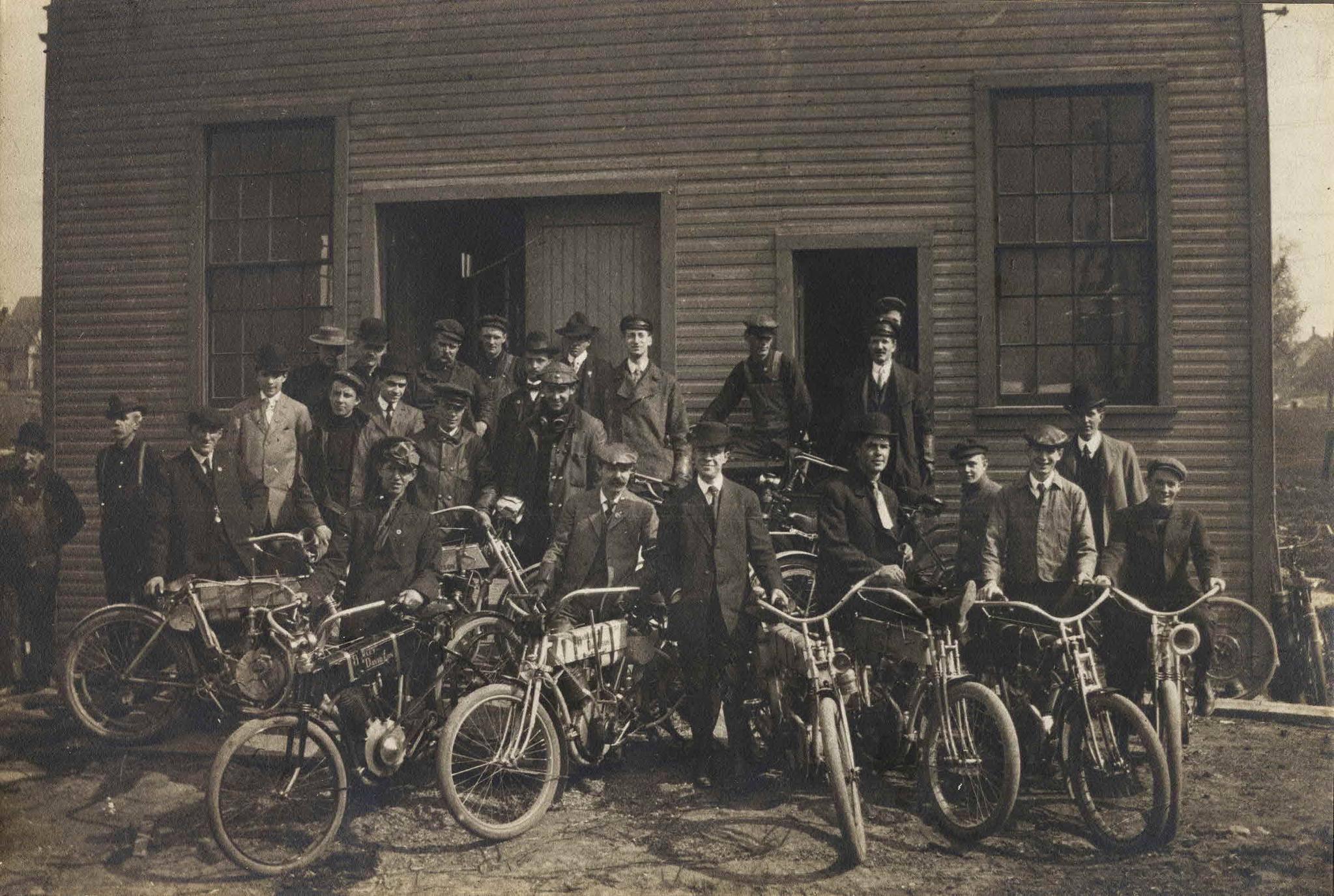 Walter Davidson y empleados en 1908