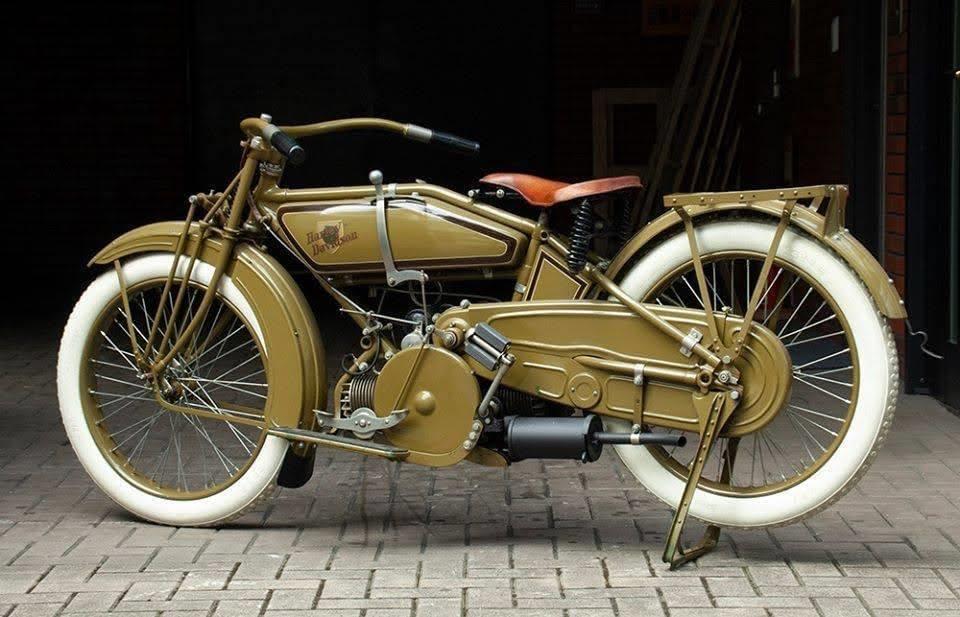 Harley-Davidson W Sport Twin de 1920 (dcha)