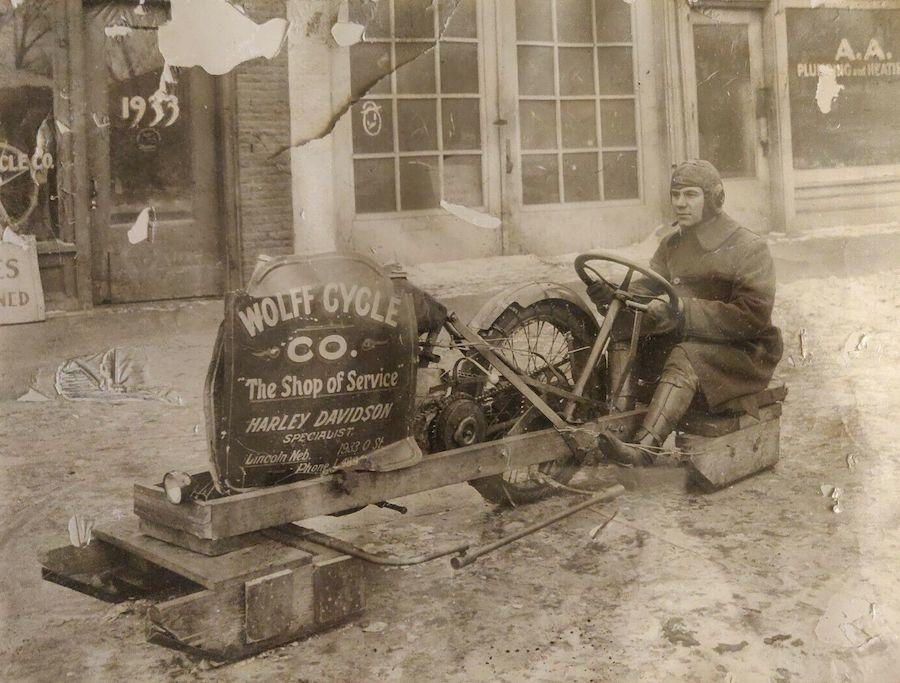 Harley-Davidson de 1920 convertida en moto de nieve