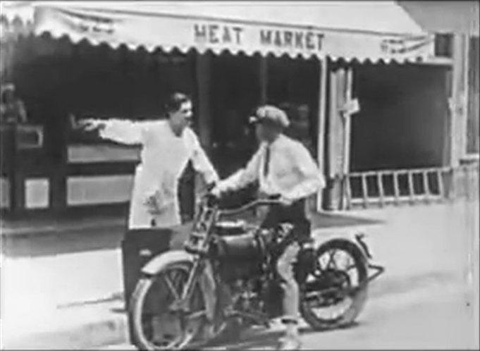 1922 - Harley-Davidson modelo 22F en película Outdoor Pajamas de 1924