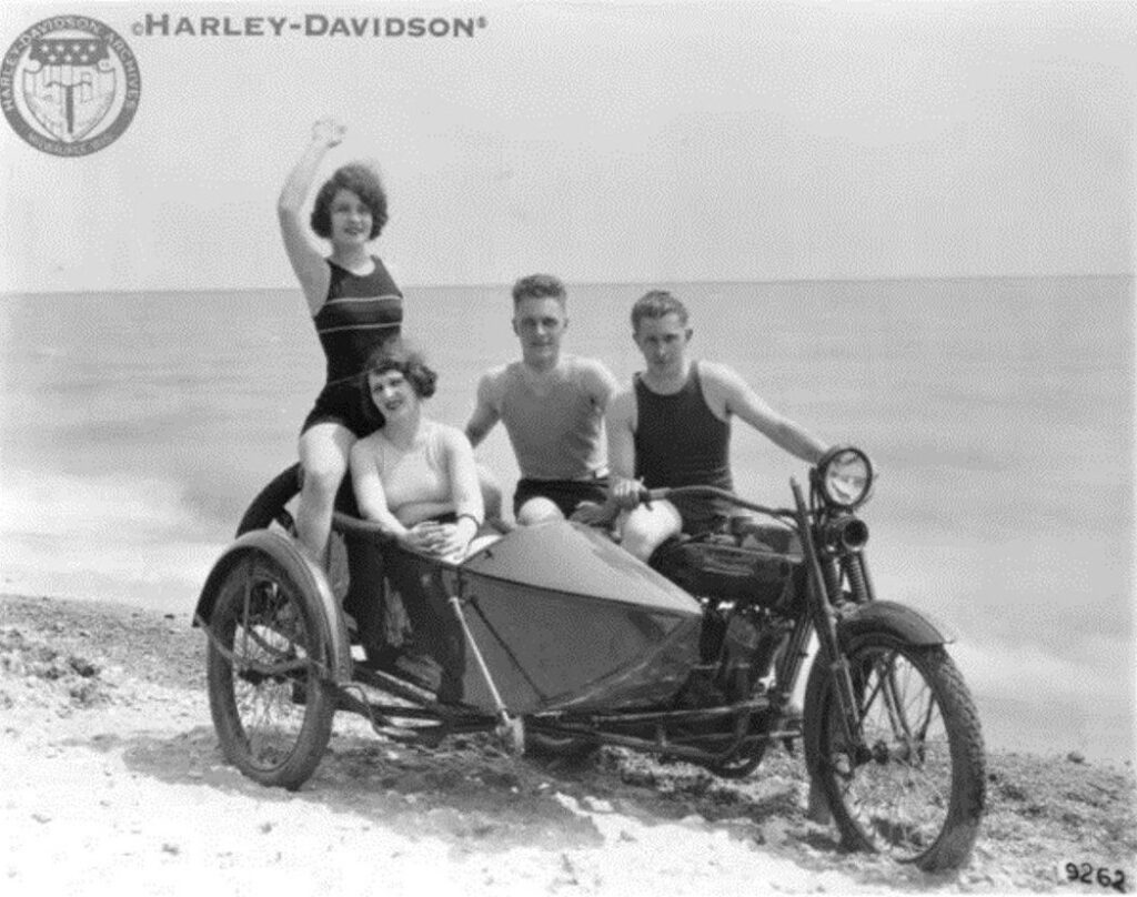 1922 - Harley-Davidson con sidecar en la playa