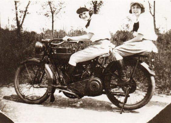 Harley-Davidson modelo 22J con asiento para pasajero