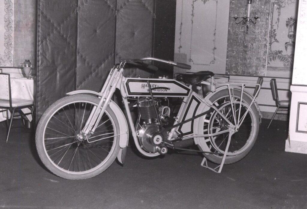 1910 - Harley-Davidson modelo 6 single